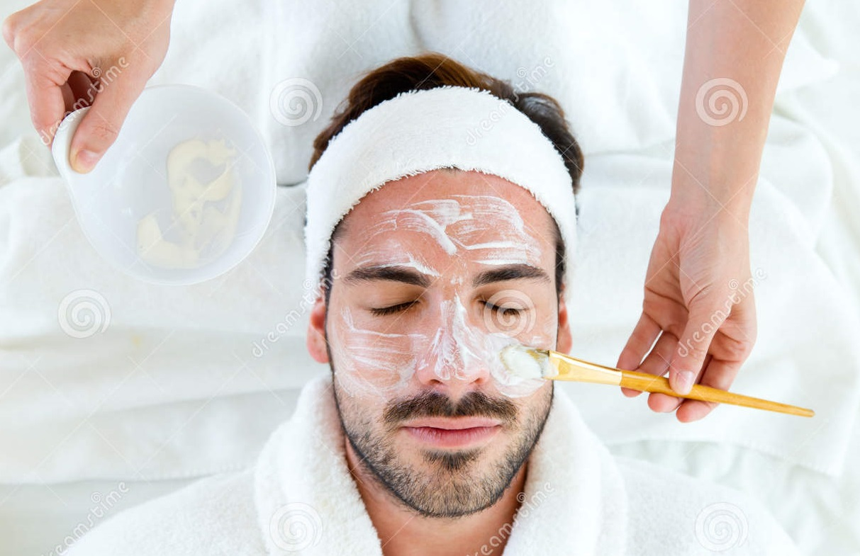 man-clay-facial-mask-beauty-spa-portrait-44372719